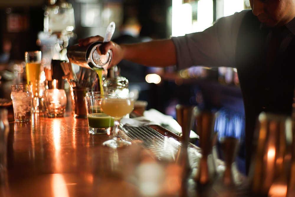 Lo que no puede faltar en un bar de copas